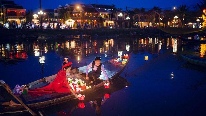 Nằm mơ thấy mình đi thuyền trên sông để thư giãn giúp bạn có nhiều may mắn trong chuyện tình cảm