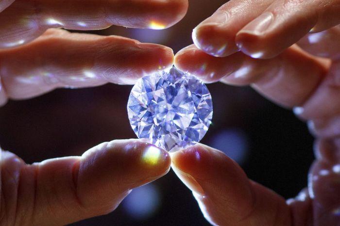 Chiêm bao thấy kim cương thường liên quan đến tình yêu, sự nghiệp, sức khỏe