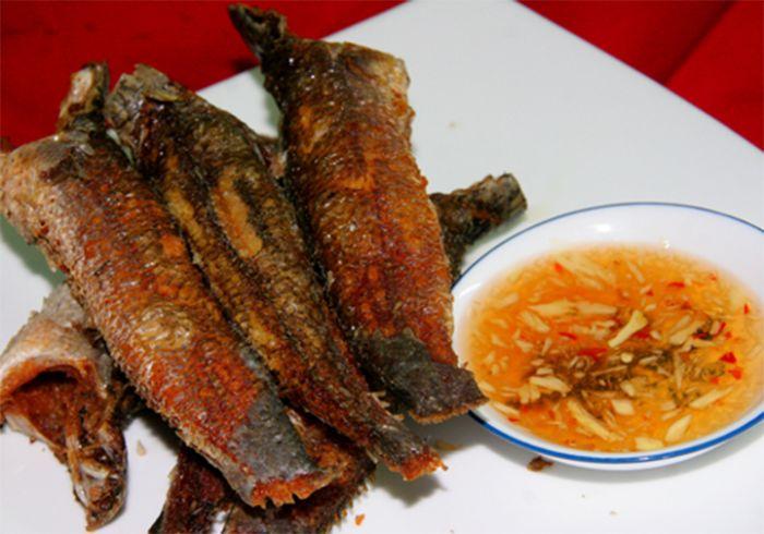 Chiêm bao thấy mình ăn cá lóc rán chính là điềm báo tốt lành và một tin vui về tiền bạc