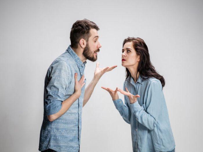 Hình ảnh cãi nhau với người khác ý muốn nói rằng bạn không nên quá tin tưởng người khác