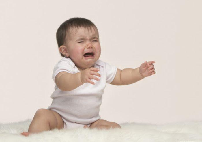 Hình ảnh bé trai khóc rất to cho thấy người mộng đang cảm thấy rất mệt mỏi với cuộc sống này